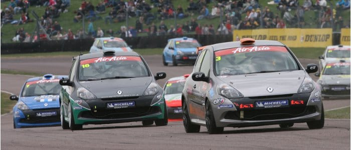 James Dixon Leads The Clio's At Thruxton (Credit: Jakob Ebrey Photography)