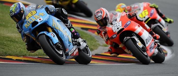 Alvaro Bautista battles the Ducatis - Photo Credit: Rizla Suzuki