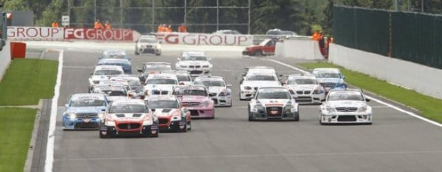 Andrea Bertolini leads the Superstars field at the start of the race - Photo: Superstars Series