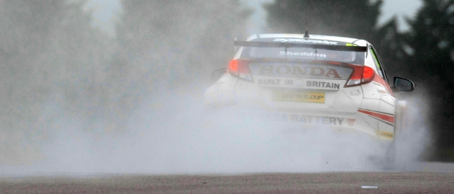 Gordon Shedden throws up spray in the practice session (Photo Credit: btcc.net)