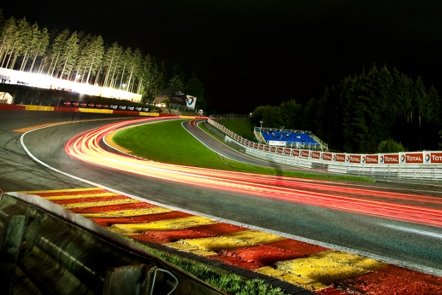 Cars climb Eau Rouge in the darkness (Photo Credit: V-Images/Decancq)
