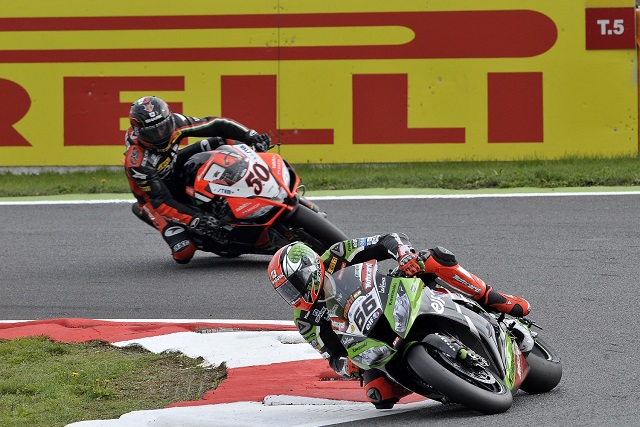 Tom Sykes leads Sylvain Guintoli - Photo Credit: Pirelli