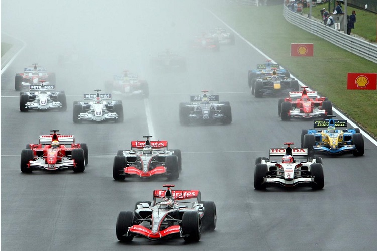 Kimi Raikkonen led away from pole position at the start (Credit: F1Fanatic)