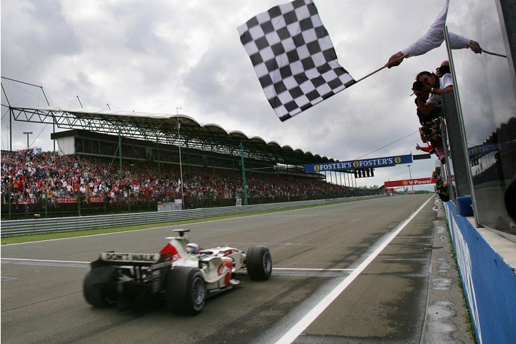 Jenson Button crosses the line to take victory (Credit: F1Fanatic)