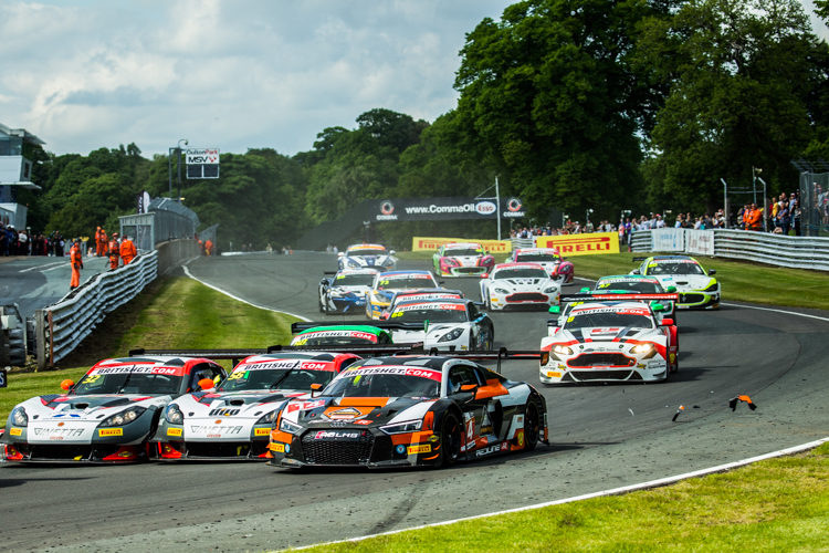 The field was constantly jostling for position during the frenetic one-hour race (Credit: Nick Smith/TheImageTeam.com)