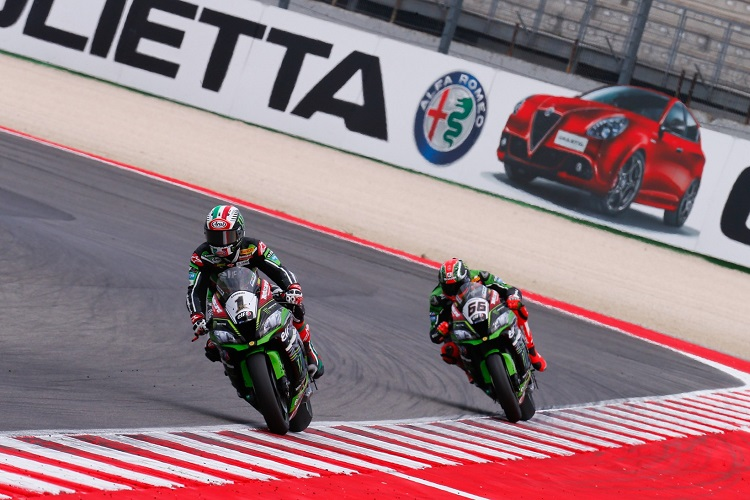 Jonathan Rea leads Tom Sykes - Photo Credit: WorldSBK.com