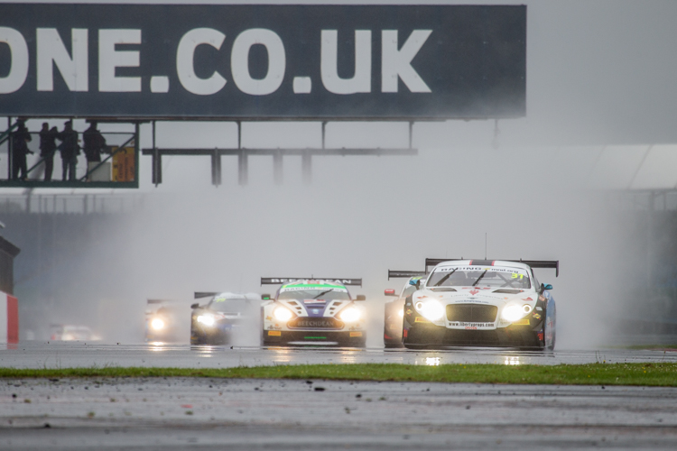 The start of the race was nearly enveloped by spray (Credit: Nick Smith/TheImageTeam.com)