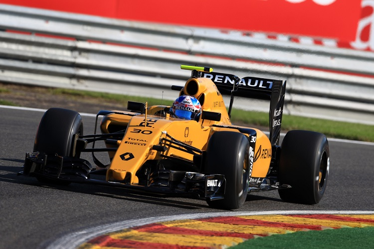 Magnussen escapes serious injury in heavy crash