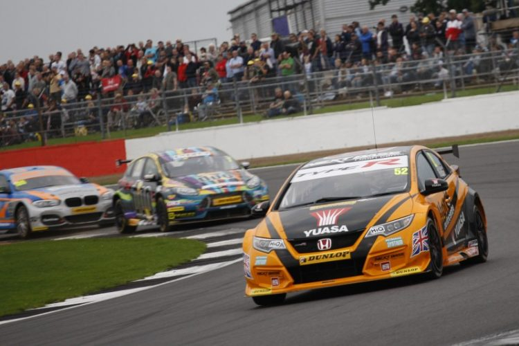 Shedden leads the attack (Photo: BTCC Media)