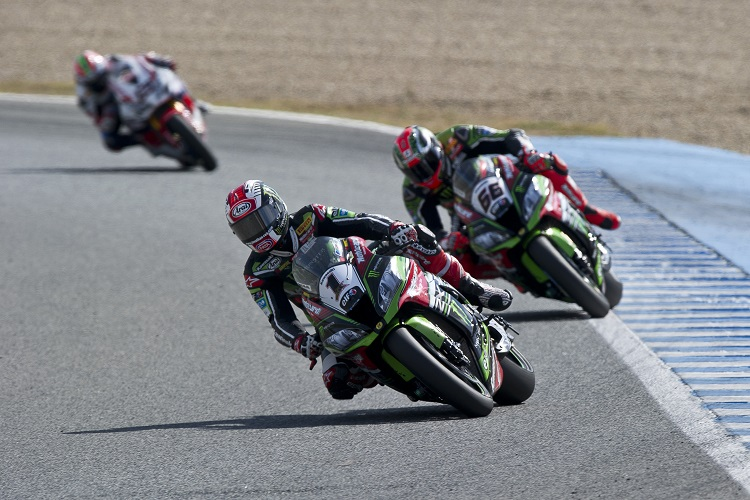 Jonathan Rea leads Tom Sykes - Photo Credit: Kawasaki
