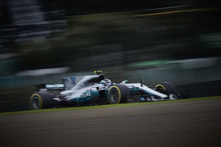 Lewis Hamilton secures pole position for Japanese Grand Prix