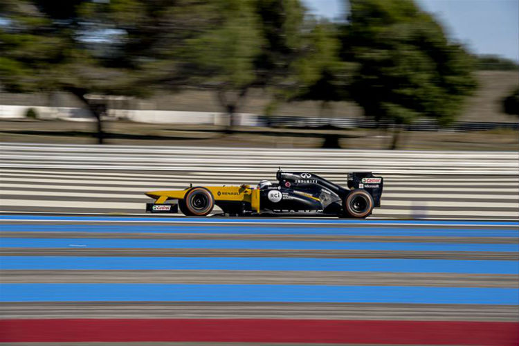 Renault competition winner gets down on knee at Ultimate Test Drive event