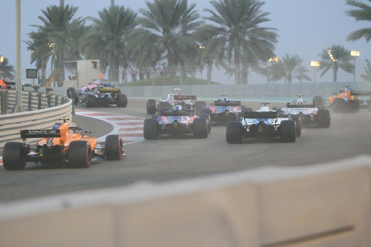 Tail of the pack charges into T3 on the opening lap of the 2018 Abu Dhabi Grand Prix