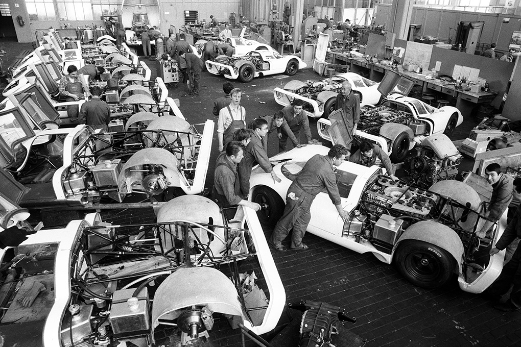 The construction of the 25 racing cars for the homologation of the 917.